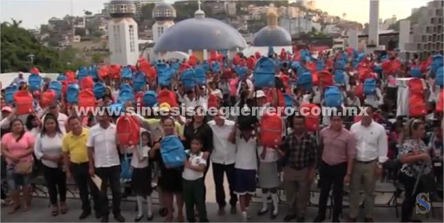 "(Video) Entrega Evodio paquetes escolares del programa ""Apadrina a un Niño de Corazón"""