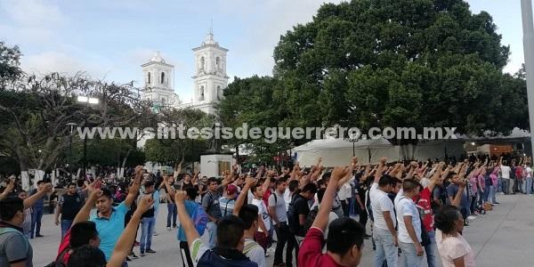 Normalistas de Ayotzinapa protestan en Chilpancingo con cohetones y bombas molotov contra la 35 Zona Militar