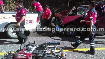 Choca motocicleta contra vehículo en Coyuca de Benítez