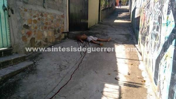 Asesinan a un hombre en Acapulco y queman un carro