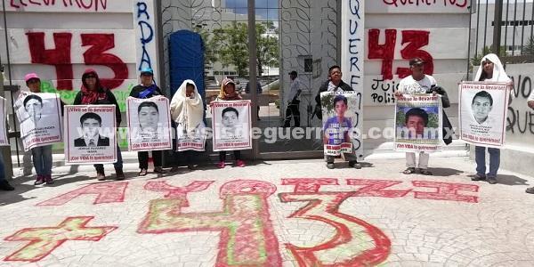 Con pintas y consignas, protestan padres de los 43 y normalistas en Ciudad Judicial de Chilpancingo