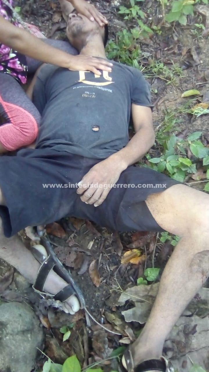 Alcoholizado hombre se suicida al colgarse de un árbol, en Tecoanapa