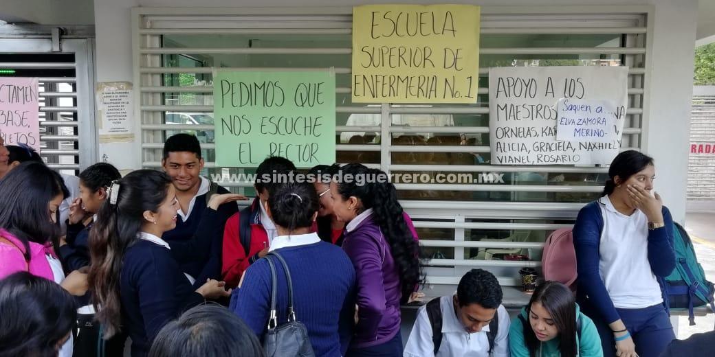 Alumnos y maestros de enfermería toman Rectoría de la UAGro, en Chilpancingo