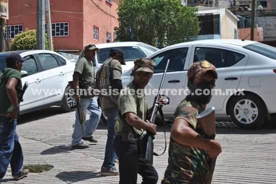 Transportistas sitian Tlapa para exigir la salida de la Policía Comunitaria