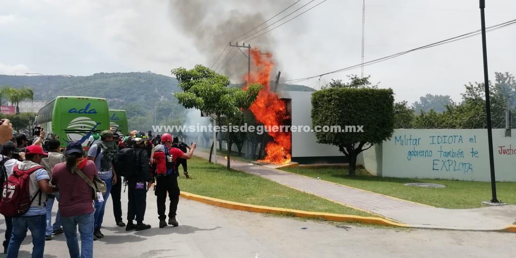 Atacan normalistas de Ayotzinapa y la FECSM el 27 Batallón del Ejército, en Iguala