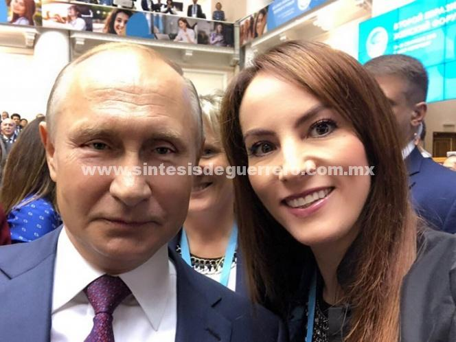 Gabriela Cuevas presume 'selfie' con Vladimir Putin