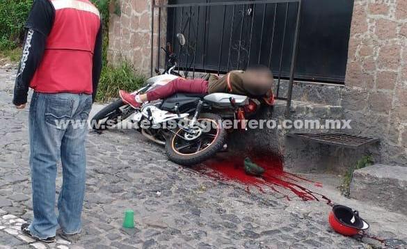 Ejecutan a un joven a bordo de su motocicleta en Taxco de Alarcón