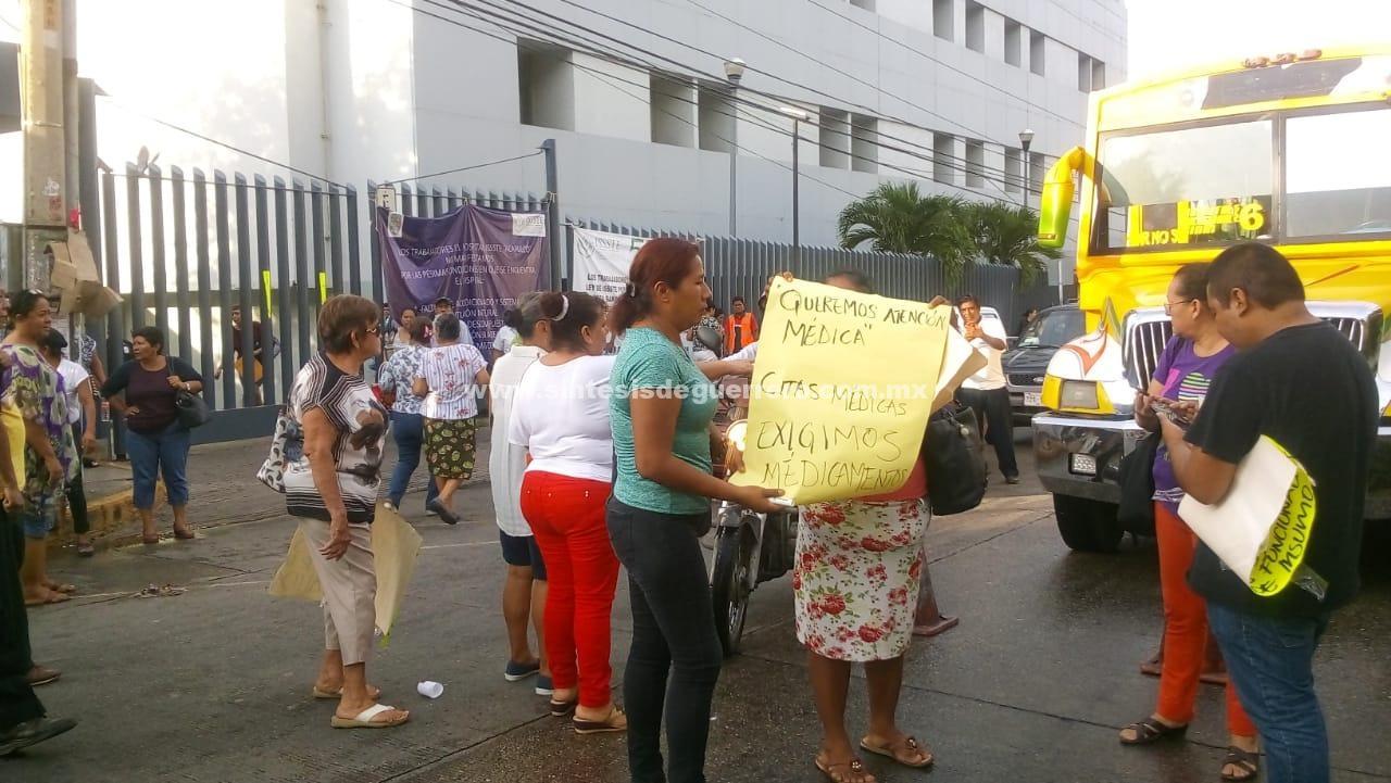 Se manifiestan derechohabientes del ISSSTE en Acapulco