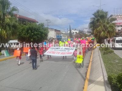 Trabajadores del Ayuntamiento marchan y bloquean una avenida para exigir la salida de una funcionaria