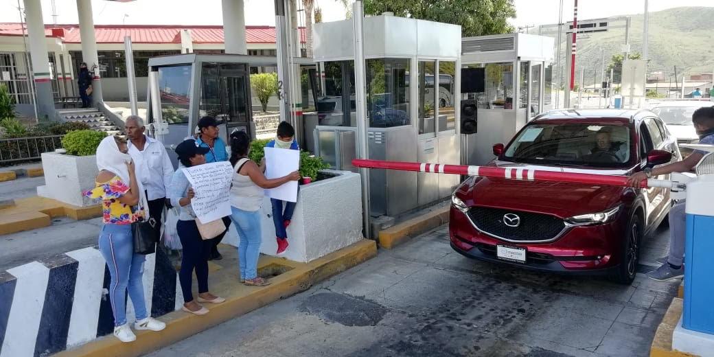 Mujeres despojadas de sus viviendas por ex diputado en Costa Chica, toman caseta de la Autopista