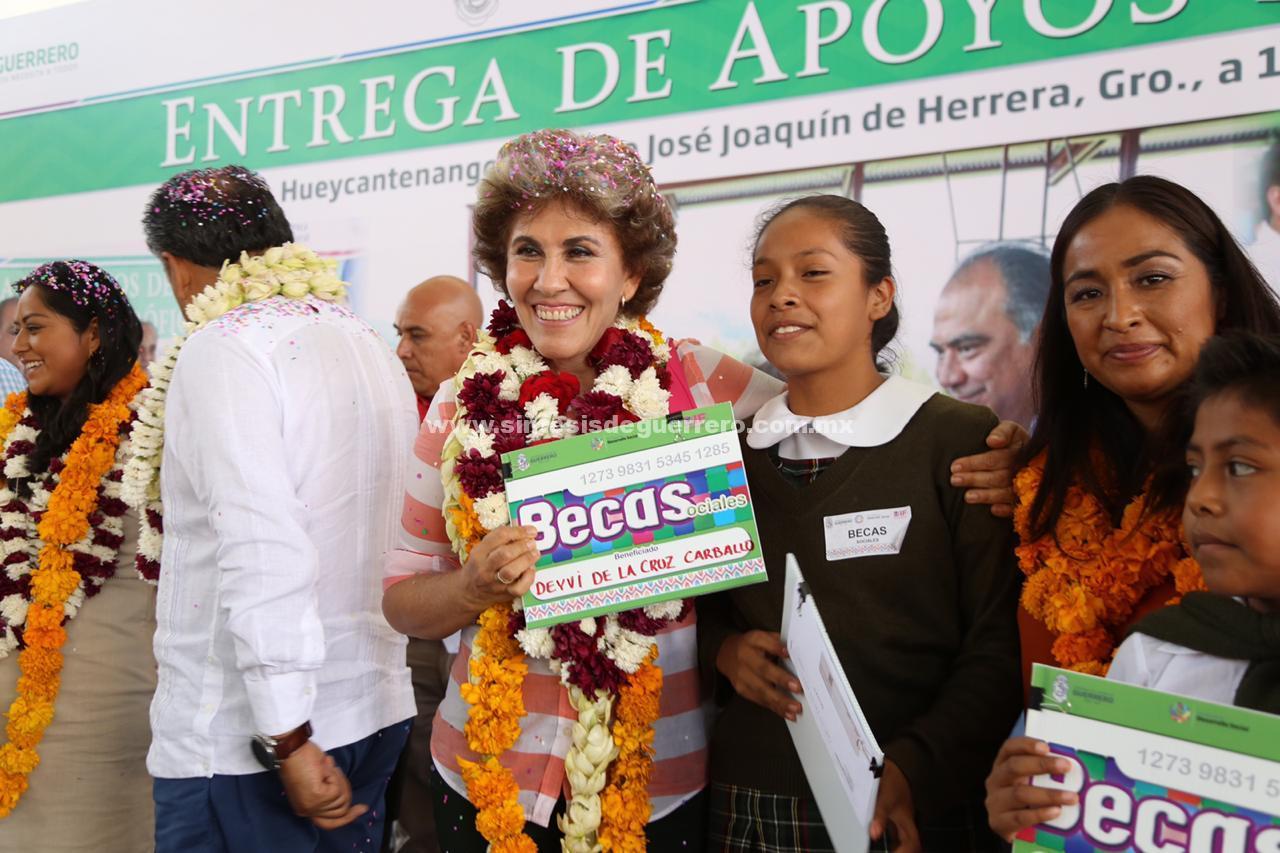 Entregan apoyos sociales Héctor Astudillo y Mercedes Calvo en Hueycantenango