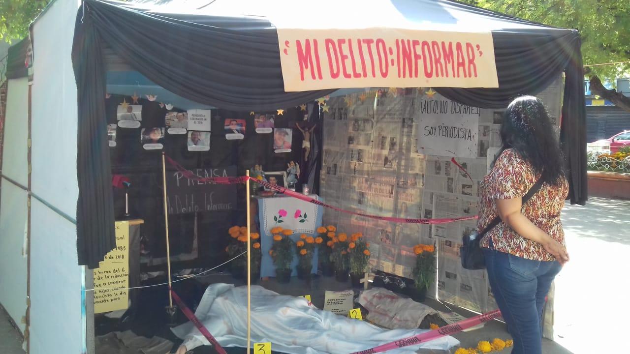 En concurso de tumbas, reporteros de Iguala, Guerrero, escenifican el crimen de un periodista