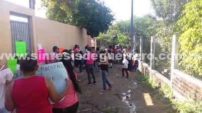 En escuela de Atoyac ponen a los niños a barrer, ante la falta de un intendente