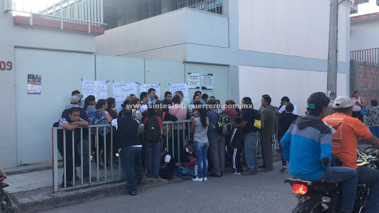 Padres de familia toman la escuela primaria Cuauhtémoc, en Chilapa