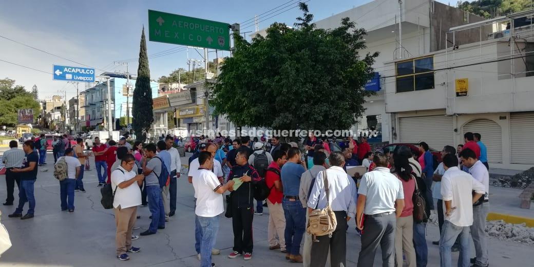 Bloquean maestros de la Zona 02 de Primaria, avenidas en Chilpancingo