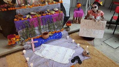 En Tecpan, Guerrero, universitarios protestan con altares a mujeres asesinadas