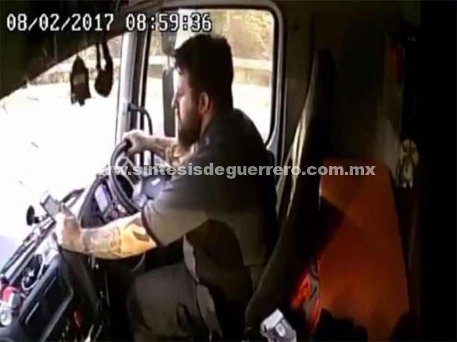 Camionero mata a mujer por ir jugando con su teléfono