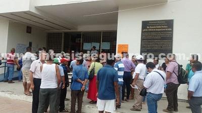 Trabajadores despedidos toman el Ayuntamiento de Atoyac