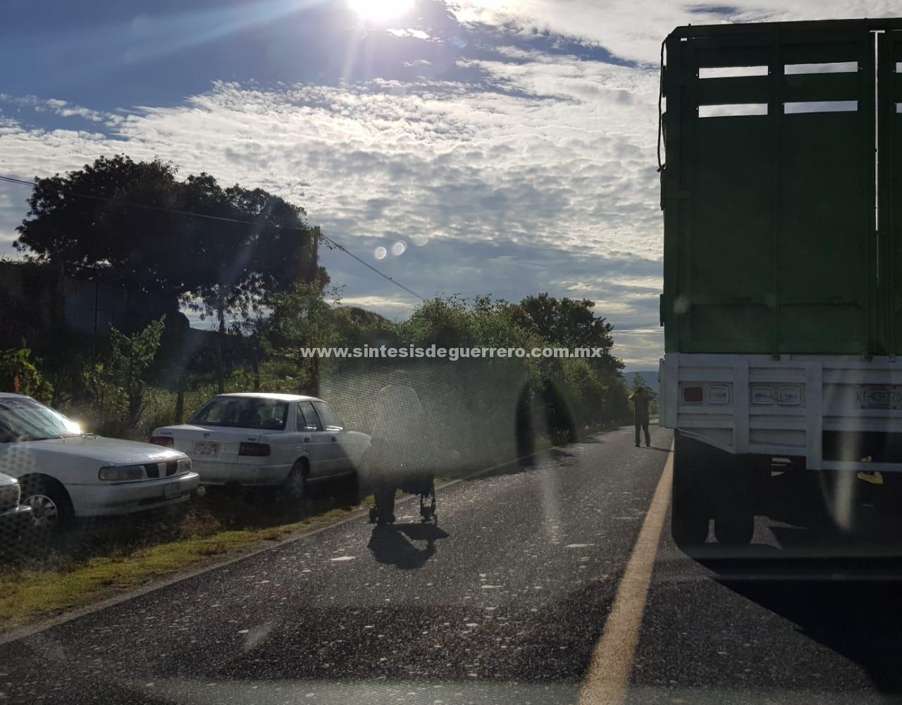Lleva más de 19 horas, bloqueo de comunitarios de Teloloapan en la Iguala-Altamirano