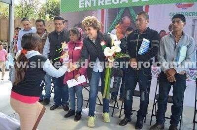 Entrega apoyos Mercedes Calvo a habitantes de la Sierra de Chilpancingo