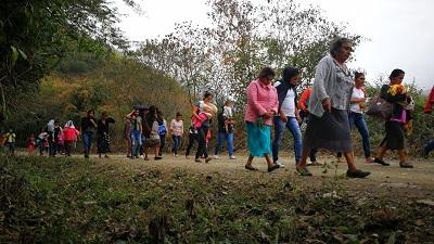 Familias de Guerrero bajan de la Sierra caminando, ahuyentadas por el narco