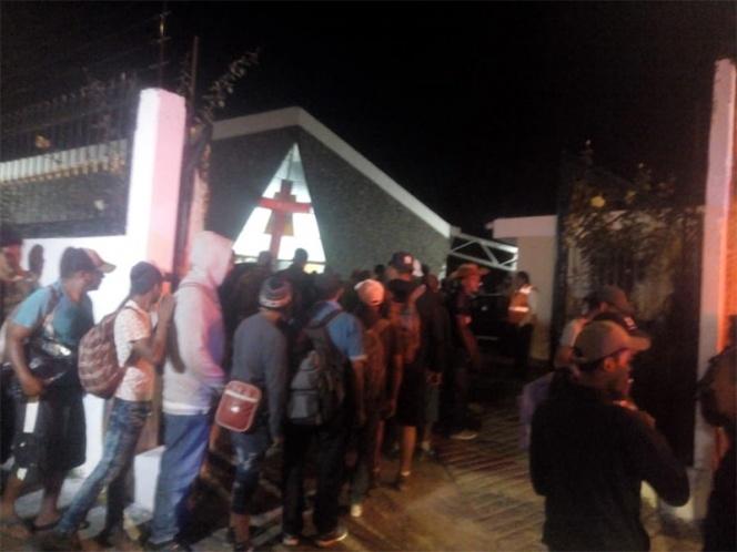 Migrantes llegan a Puebla; los reciben con arroz, chicharrón y pollo frito
