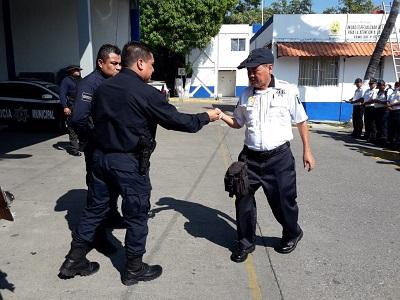 Entregan licencias para usar armas a los 500 policías de Acapulco