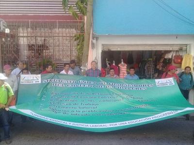 Marchan integrantes del Sutcobach, exigen incremento salarial