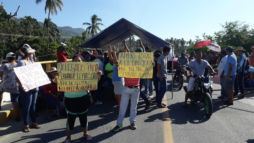 Padres de familia de una primaria, bloquean la carretera federal Acapulco-Zihuatanejo