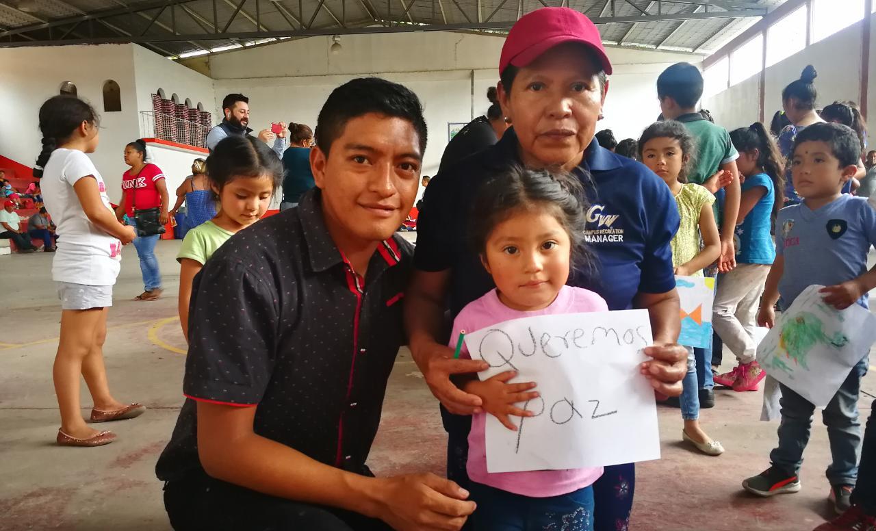 Con dibujos, niños desplazados de la Sierra de Guerrero piden paz