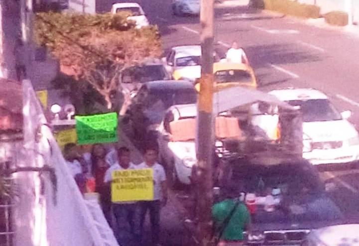 Bloquean oficinas de la Promotora de Playas en demanda de permitir cobrar salario sin trabajar al hijo de un líder de taxistas