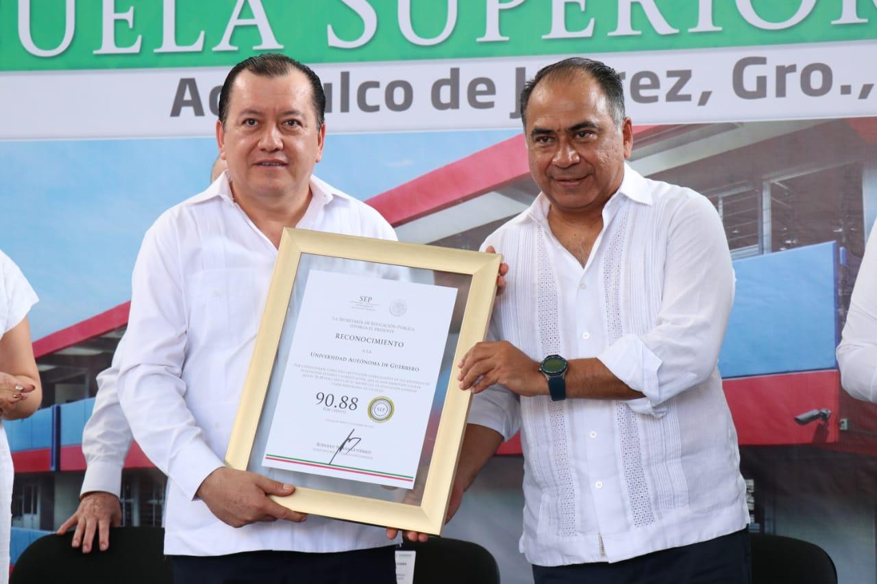 Universitarios de Derecho y Administración de Acapulco cuentan con dos nuevos edificios