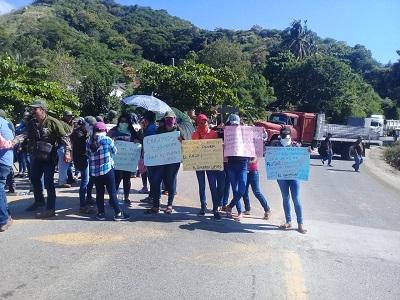 Segundo día de bloqueo por parte de comunitarios y habitantes de la Sierra, en la Acapulco-Zihuatanejo