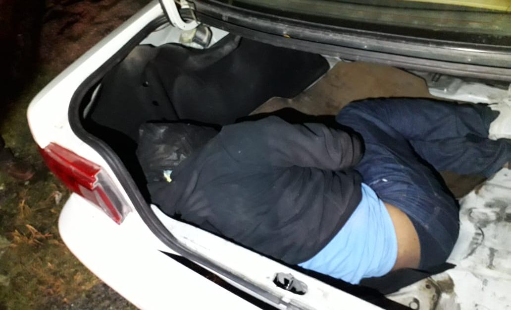 Dejan cuerpo en la cajuela de un taxi, sobre la Autopista del Sol