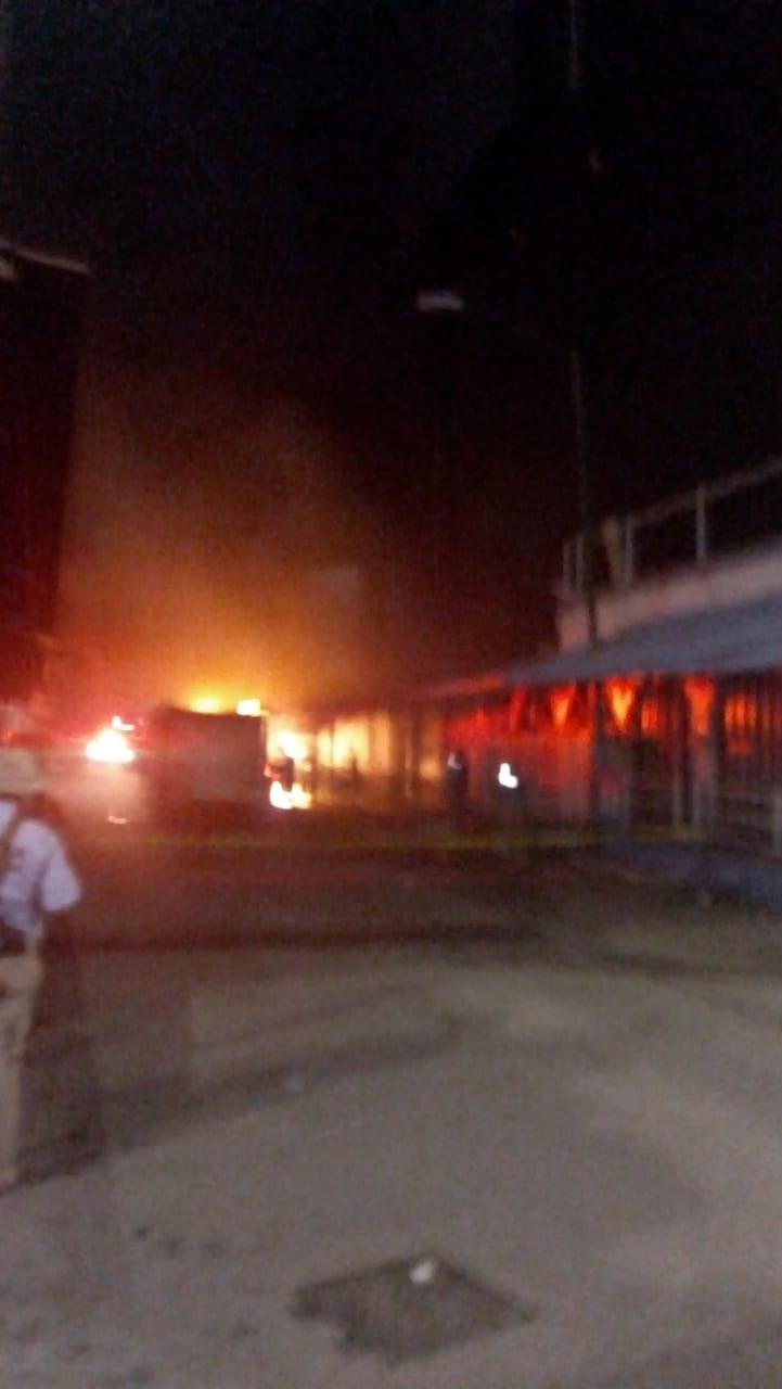 Hombres armados incendian un vehículo en Acpulco