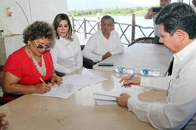 Firma Adela Román convenio de colaboración para mejorar sistemas de captación de agua