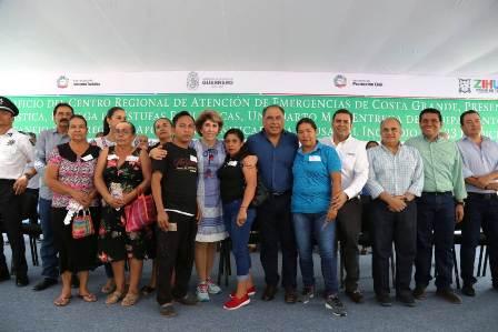 Visita el gobernador Astudillo a afectados por megaincendio en Zihuatanejo