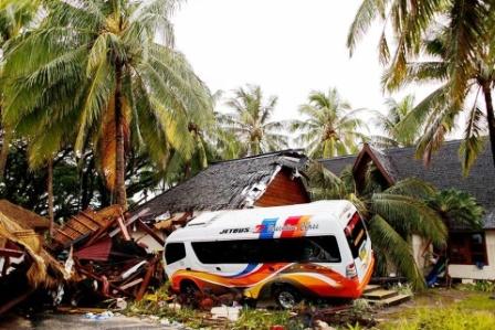 Busca Indonesia sobrevivientes y vigila volcán que desató tsunami