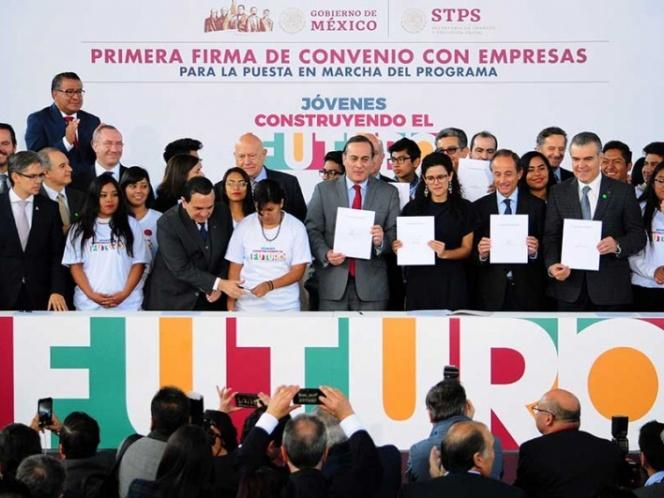 Gobierno y empresarios sellan acuerdo para becar a 2.3 millones de jóvenes