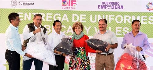 Entregó Mercedes Calvo becas, uniformes y apoyos a trabajadores sindicalizados del DIF Guerrero