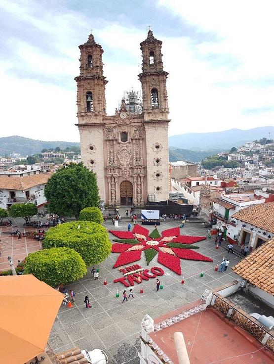 El Tapete Monumental de 12 mil plantas de la cuetlaxóchitl , engalana al pueblo mágico de Taxco de Alarcón