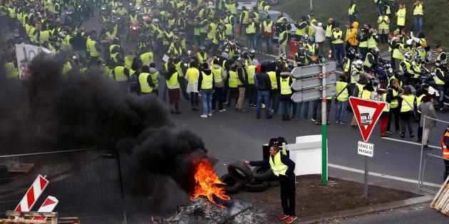"""Para """"calmar furia"""" de 'los chalecos amarillos', Macron da reversa al gasolinazo"""