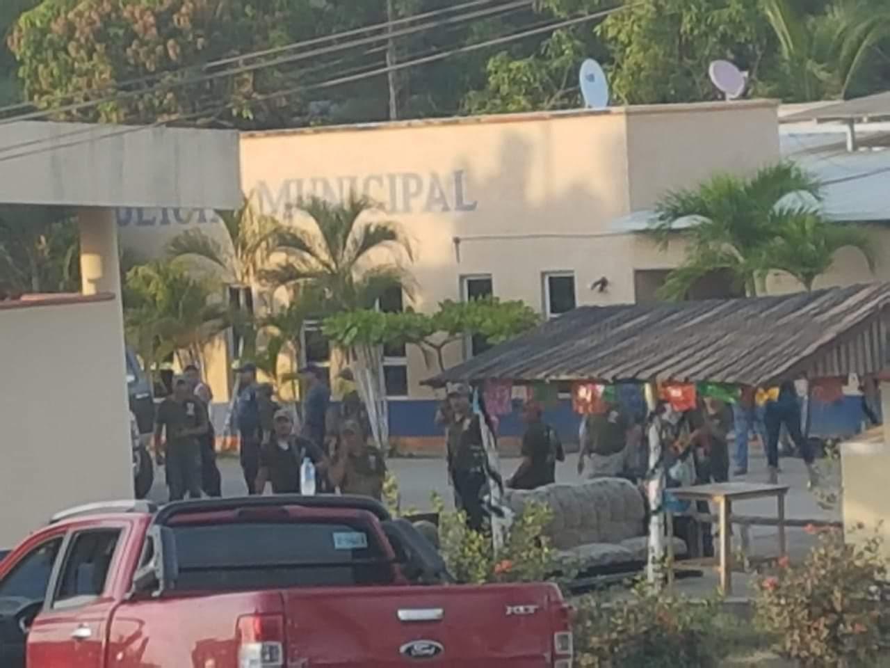 Disparan contra el cuartel de la Policía de Petatlán, donde se mantiene la Comunitaria