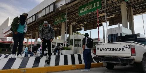Protestan normalistas de Ayotzinapa en la Autopista del Sol, por los caídos en 2011