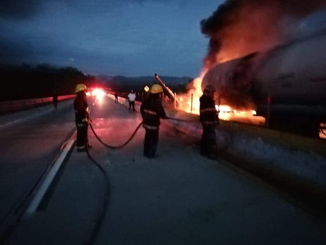 Se incendia pipa con más de 43 mil litros de combustible en la Autopista del Sol