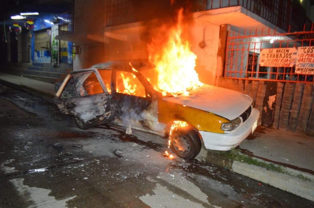 Ejecutan a tres hombres e incendian dos vehículos más, en Acapulco
