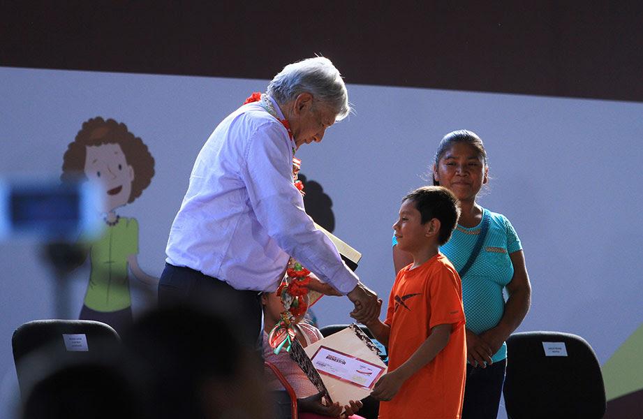 López Obrador arranca apoyos para discapacitados