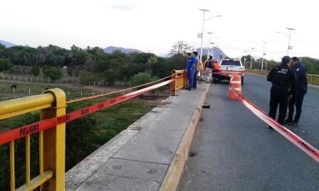 Automovilista cae al fondo de río en Pungarabato
