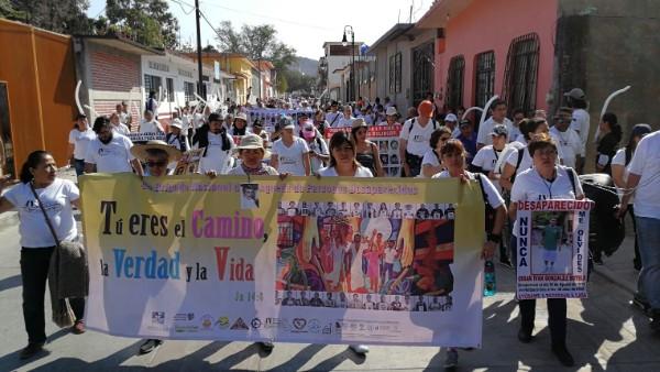 """Familiares de desaparecidos realizan marcha """"Poa la Paz"""" en Huitzuco, Guerrero"""