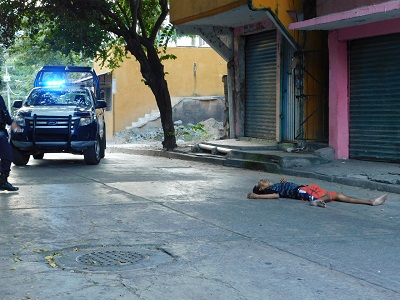 Asesinan a un hombre que caminaba por la calle, en Zihuatanejo